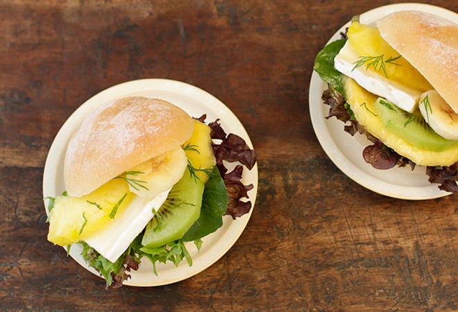 トロピカルフルーツとブリーのサンドイッチ